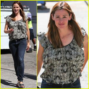 Jennifer Garner Keeps Busy in Los Angeles While Ben's In Boston