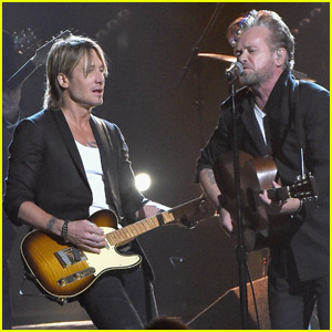 Keith Urban & John Mellencamp Perform 'Ain't That America' on CMA Awards 2015 (Video)