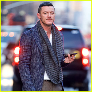 luke-evans-is-having-fun-playing-tourist