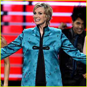Jane Lynch Sings Big Hits for People's Choice Awards 2016 Opening Number! (Video)