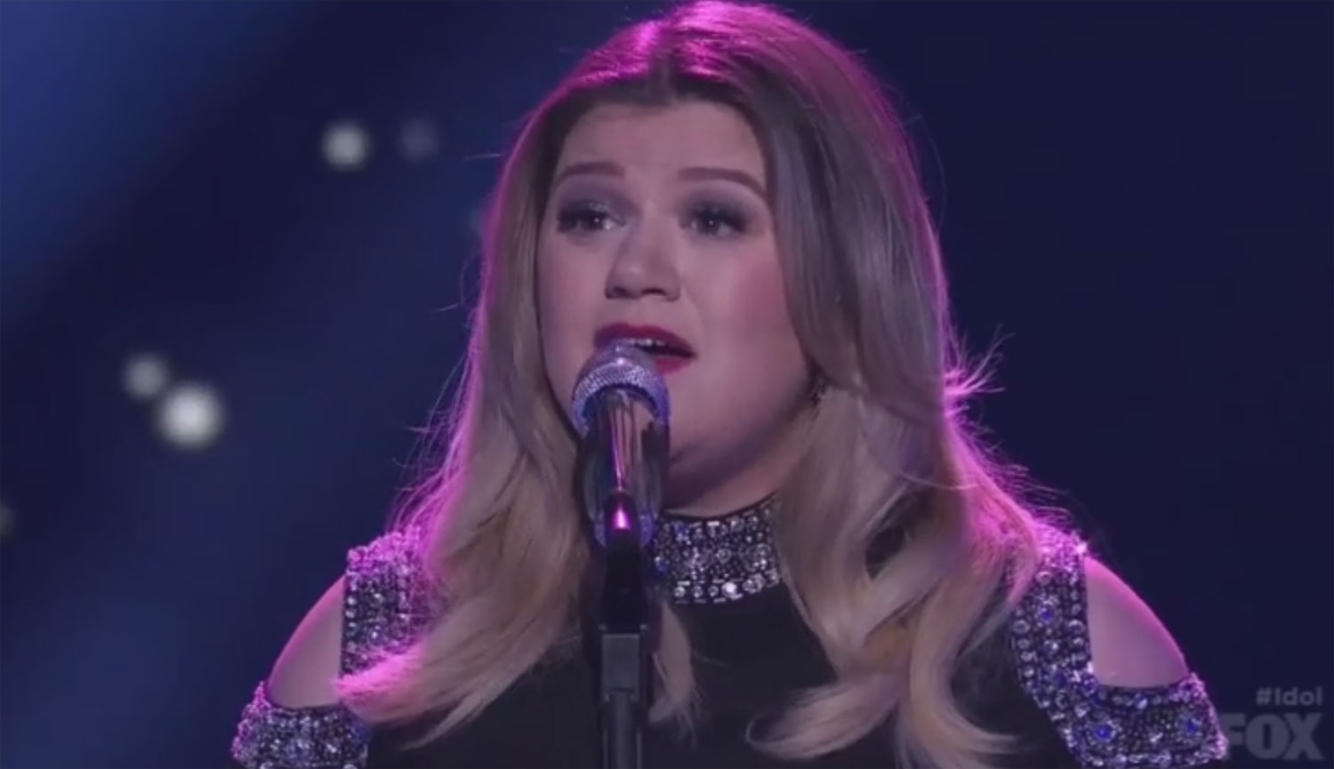 Kelly Clarkson Performs on \'Idol\' While 8 Months Pregnant (Video ...