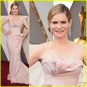 Jennifer Jason Leigh Reps 'Hateful Eight' at Oscars 2016