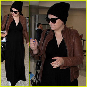 Pregnant Ginnifer Goodwin Catches a Flight with Her Family!