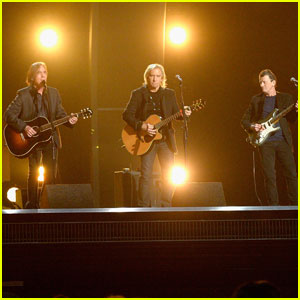 The Eagles Pay Tribute to Glenn Frey at Grammys 2016 With 'Take It Easy' Performance