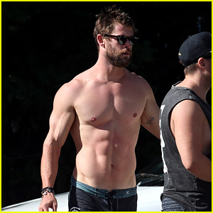 Chris Hemsworth Shows Off His Hot Body at the Beach!