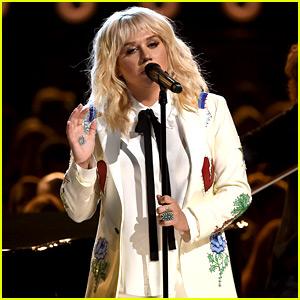 Kesha Performs Bob Dylan Tribute at Billboard Music Awards 2016 (Video)