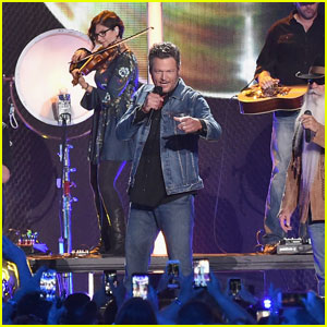 Blake Shelton Performs 'Doing It To Country Songs' With The Oak Ridge Boys at CMT Awards 2016 (Video)