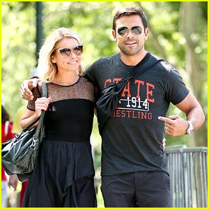 Kelly Ripa & Hubby Mark Consuelos Go On Romantic Stroll!