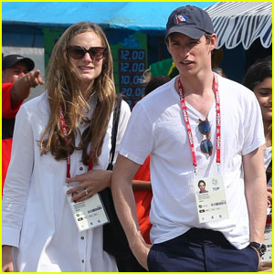 Eddie Redmayne & Wife Hannah Hit Up U.S. Olympic Beach Volleyball Game in Rio!