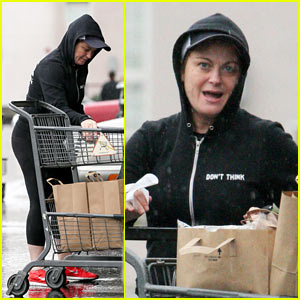 Amy Poehler Braves the Rain for Trip to the Grocery Store
