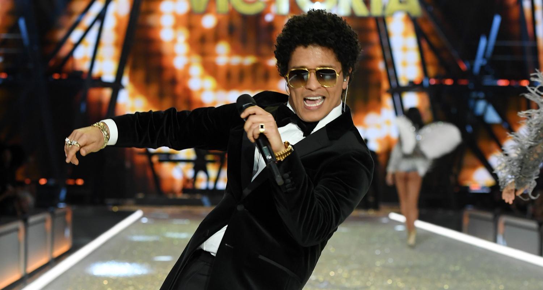 Bruno Mars Rocks The Runway At Victoria S Secret Fashion