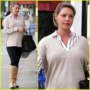 Pregnant Katherine Heigl & Husband Josh Kelley Share a Rainy Embrace!