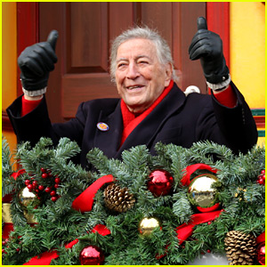 VIDEO: Tony Bennett Almost Falls During Macy's Parade & Miss Piggy ...