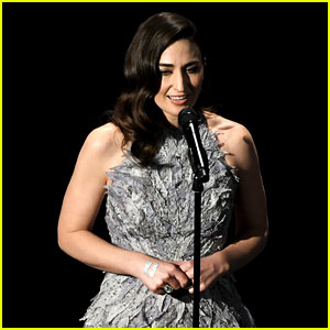 Sara Bareilles' Oscars In Memoriam Video 2017 - Watch Her Sing Joni Mitchell's 'Both Sides Now'