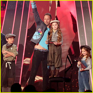 Chris Martin Lets Kids Give Coldplay's iHeartRadio Music Awards 2017 Acceptance Speech - Watch Now!