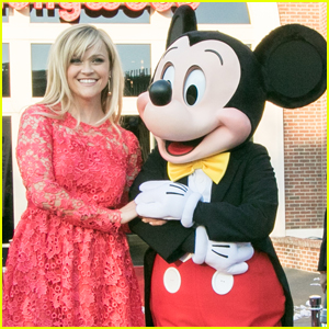 Reese Witherspoon Meets With Mickey at Disney World!