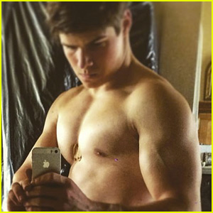 Queen Elizabeth's Great-Nephew Posts Hot Shirtless Selfie!