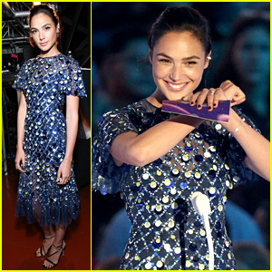 Gal Gadot Presents Final Award at VMAs 2017, Does 'Wonder Woman' Pose on Stage!