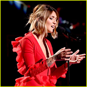 Julia Michaels Emotionally Performs 'Issues' at MTV VMAs 2017 - Watch Now!