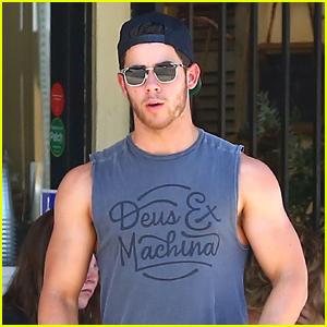 Nick Jonas Muestra Su Enorme Bíceps en el Desayuno!