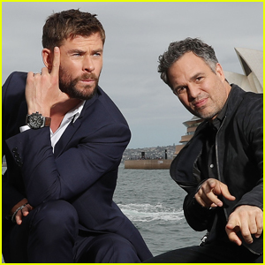 Chris Hemsworth & Mark Ruffalo Get Silly During 'Thor: Ragnarok' Photo Call