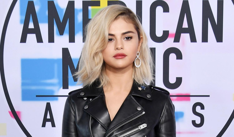 Selena Gomez Debuts Blonde Hair at American Music Awards 2017
