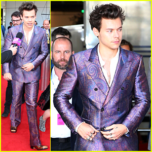 Harry Styles Rocks Snazzy Purple Suit at 2017 Aria Awards