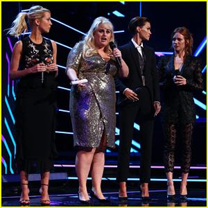 Rebel Wilson & 'Tono Perfecto 3' las Co-Estrellas de Ayuda Honor a Harry Styles en los Premios Aria 2017!