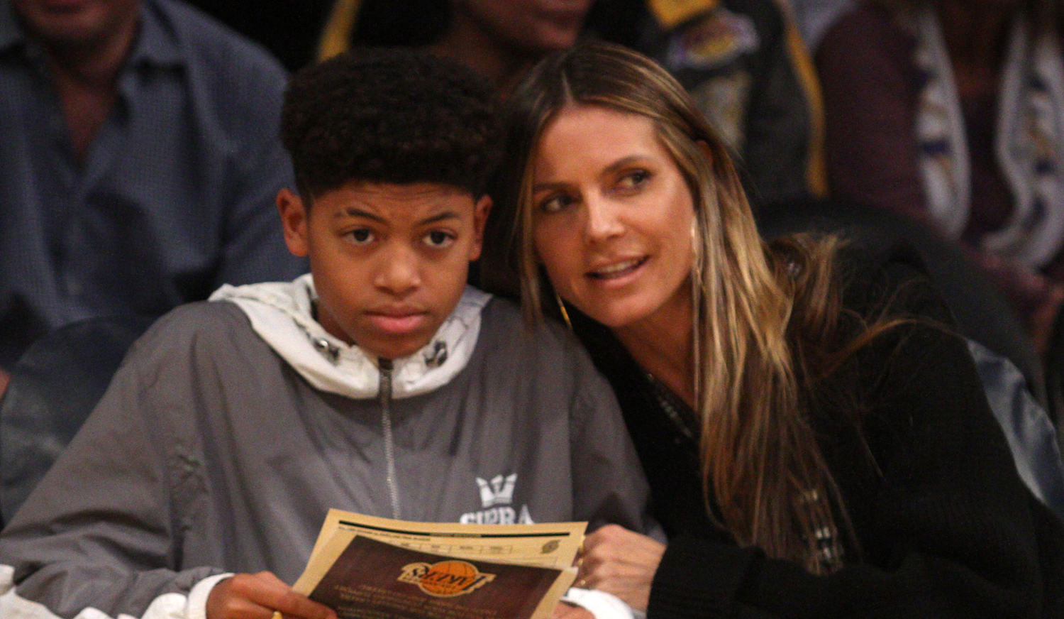 heidi klum  u0026 son henry sit courtside at the lakers game
