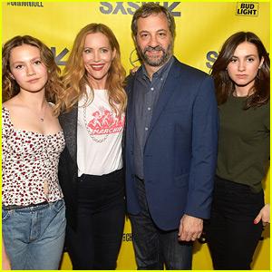 Leslie Mann & Judd Apatow se Unió Hijas en 'Bloqueadores de los' Premiere!