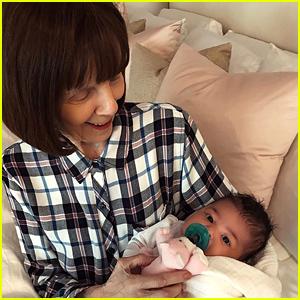 Kylie Jenner's de Bebé Hija Stormi se encuentra con Su Abuela!