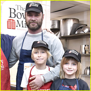 Liev Schreiber & His Sons Volunteer at Bowery Mission in NYC!