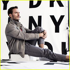 Sam Claflin Estrellas en DKNY Men's de la Primavera De 2018 Campaña!