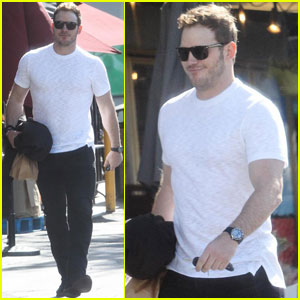 Chris Pratt Shows Some Muscle During Supermarket Stop