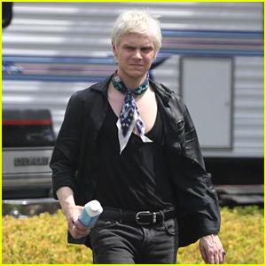 Evan Peters Films Ahs Season 8 With Blond Hair See Photos American Horror Story Evan Peters Just Jared