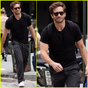 Jake Gyllenhaal Shows His Muscles While on New York City Stroll