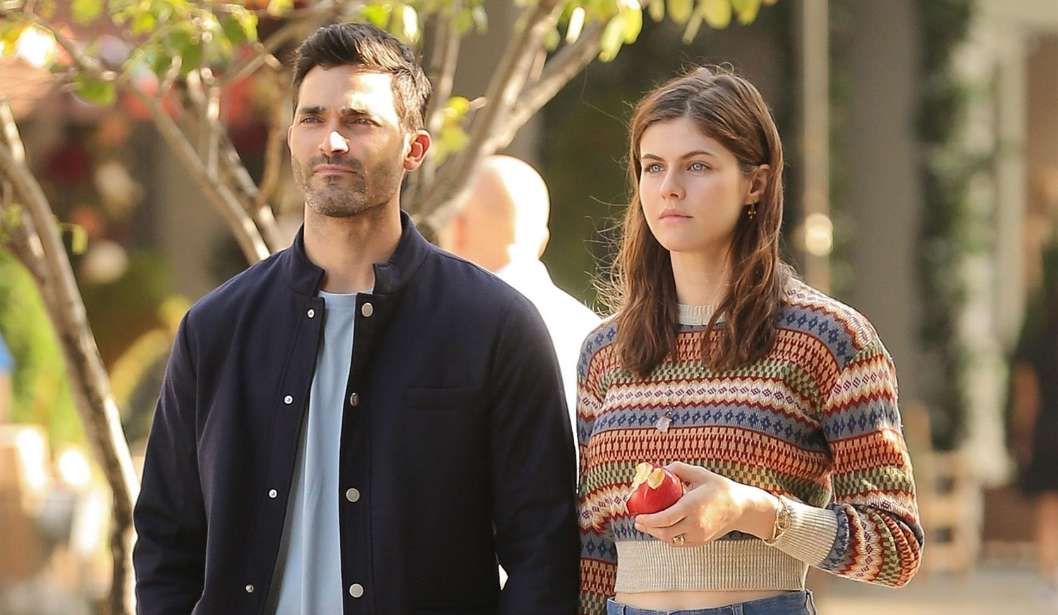 Alexandra Daddario Tyler Hoechlin Hold Hands On Set Of New Rom Com