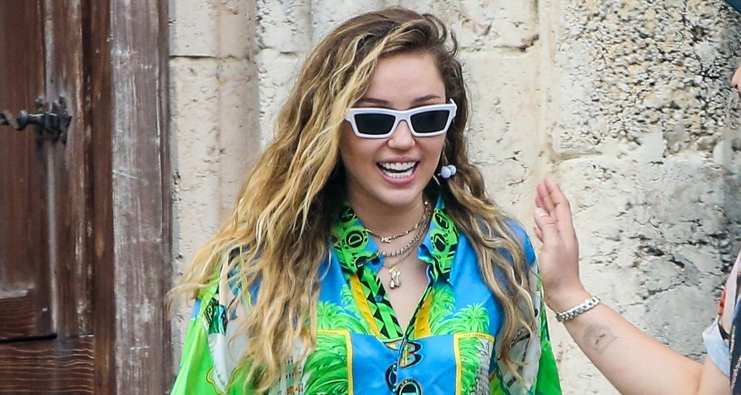 Miley Cyrus Gets Colorful For 'Versace' Mansion Visit