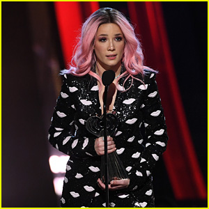 Halsey Accepts Fan Girl Award