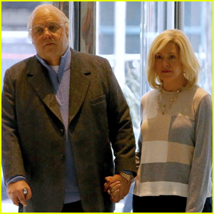 Russell Crowe & Sienna Miller Are Unrecognizable While Filming Roger Ailes Series