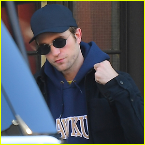 51c51579b00ba Robert Pattinson Checks Out of His Hotel in NYC