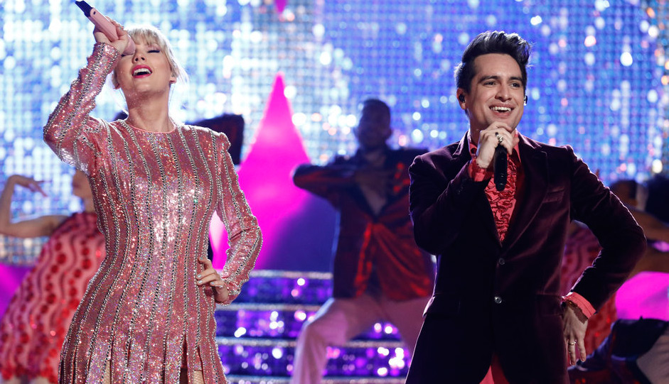 Taylor Swift Performs Her Song Me On The Voice Finale With Brendon Urie Video Brendon Urie Taylor Swift The Voice Just Jared