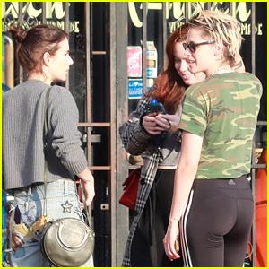 Kristen Stewart & Emma Roberts