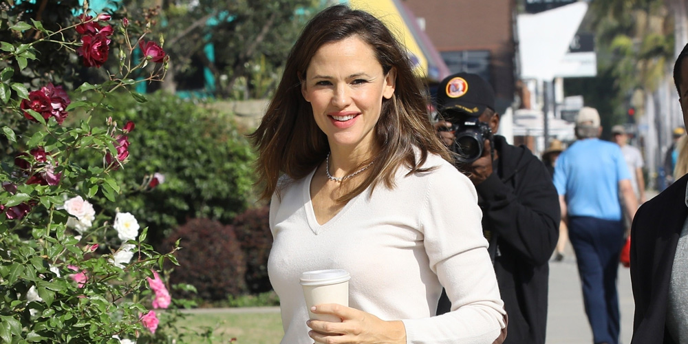 Jennifer Garner Is All Smiles for a Sunday Church Service With the Kids - Just Jared