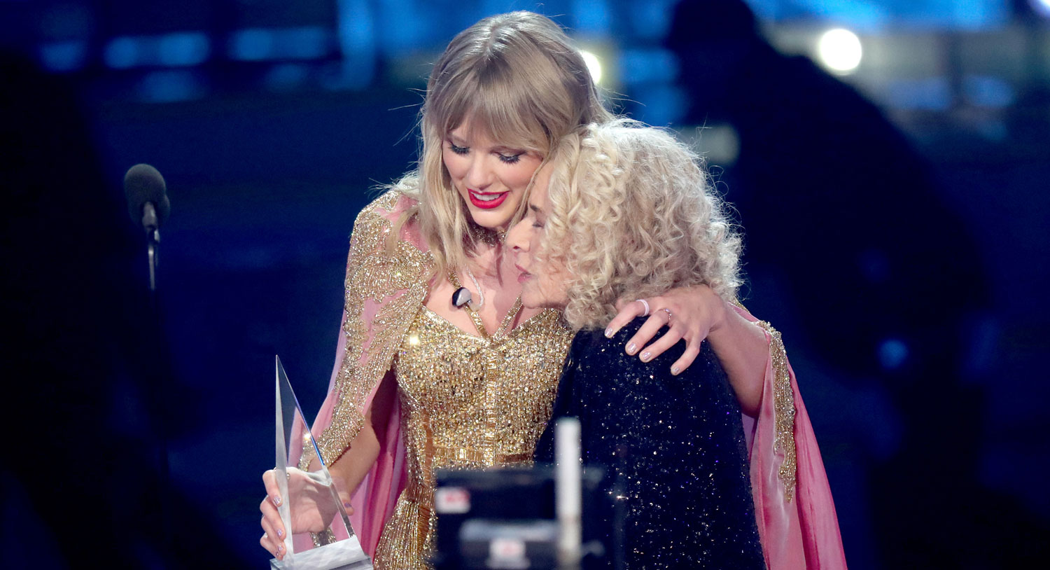 Taylor Swift Dedicates Special Ama Win To Carole King Her Parents Watch The Speech Video 2019 American Music Awards American Music Awards Carole King Taylor Swift Just Jared