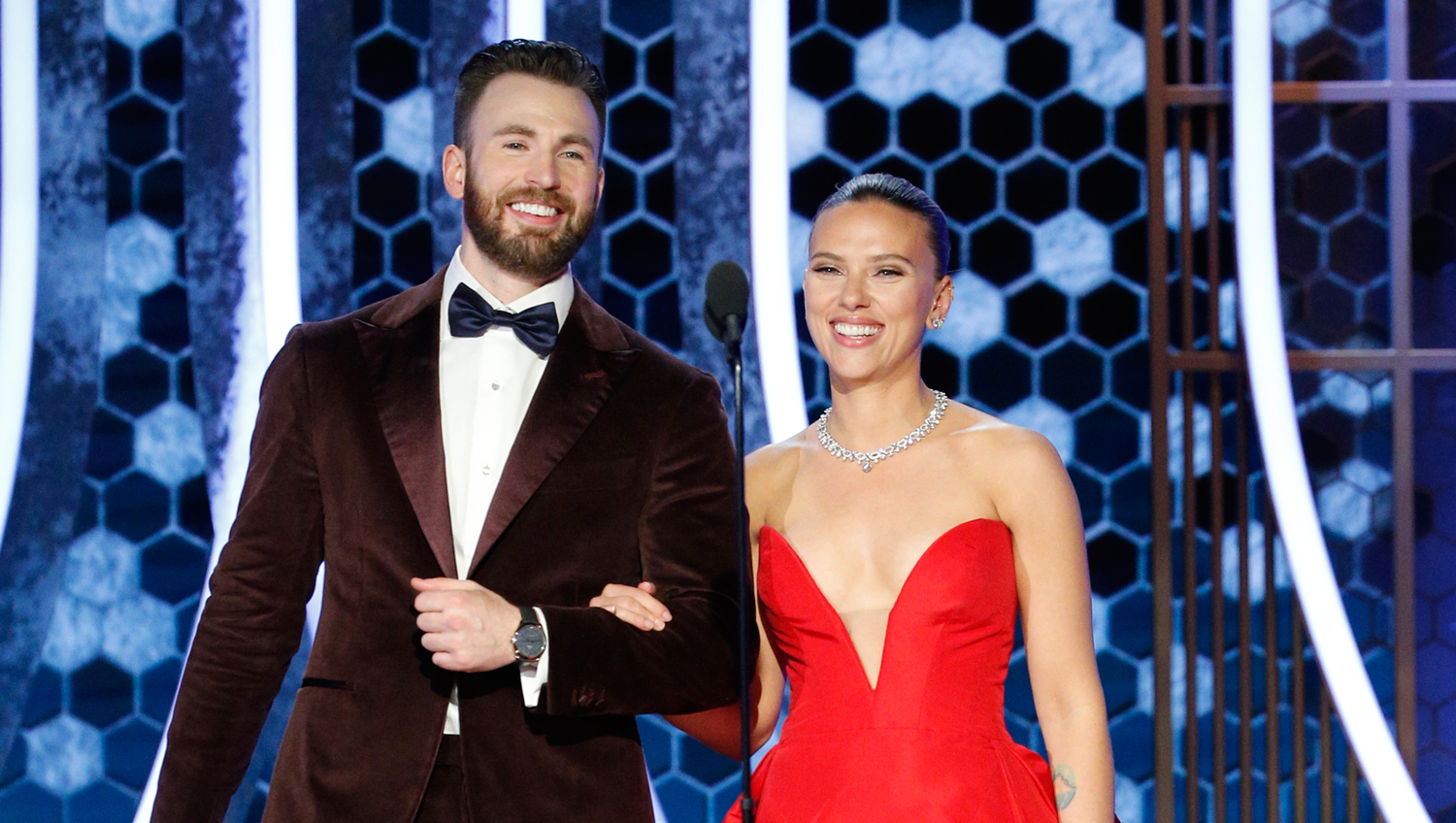 Chris Evans Helps Scarlett Johansson With Her Dress During Off Camera Golden Globes 2020 Moment 2020 Golden Globes Chris Evans Golden Globes Scarlett Johansson Just Jared
