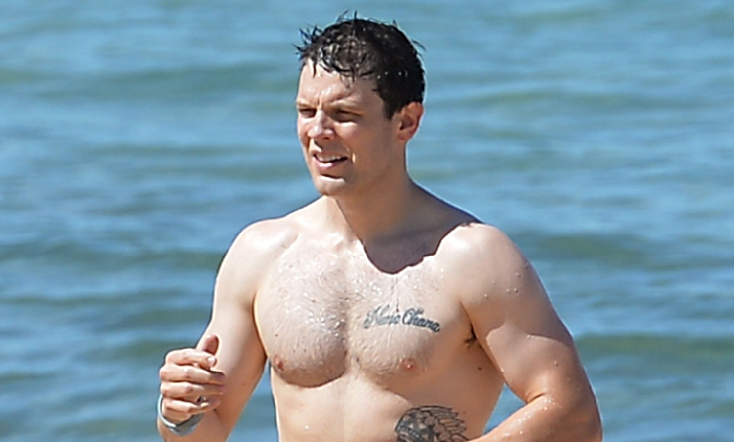 Jake Lacy Looks So Hot While Shirtless at the Beach in Hawaii!